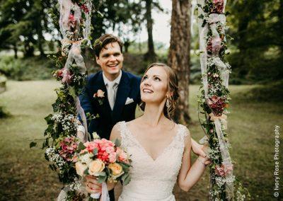 Ein Brautpaar bei seiner Hochzeit auf Schloss Ernegg