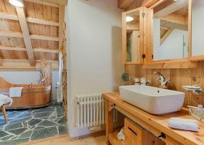 Das Badezimmer in einem der vielen stylischen Chalets des Almdorf Seinerzeit.